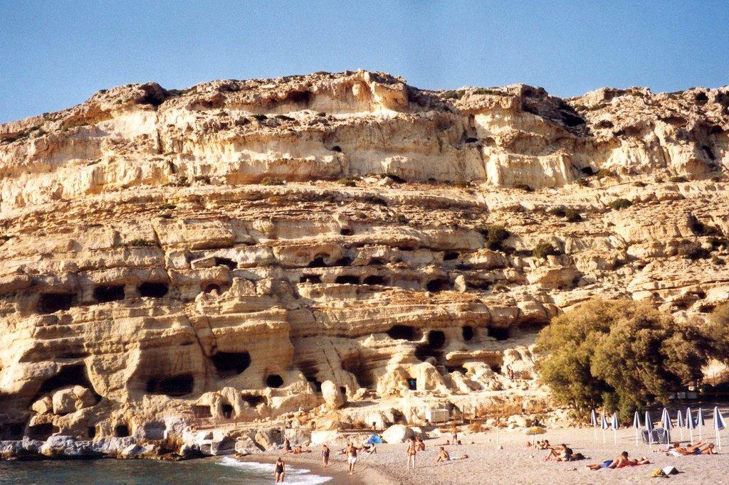 Μάταλα: Μουσική, έρωτας και χορός στις ξακουστές σπηλιές της Κρήτης