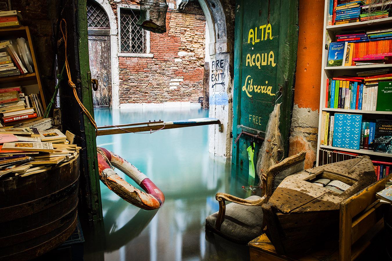 Το βιβλιοπωλείο που βρίσκεται μέσα στο νερό στη Βενετία