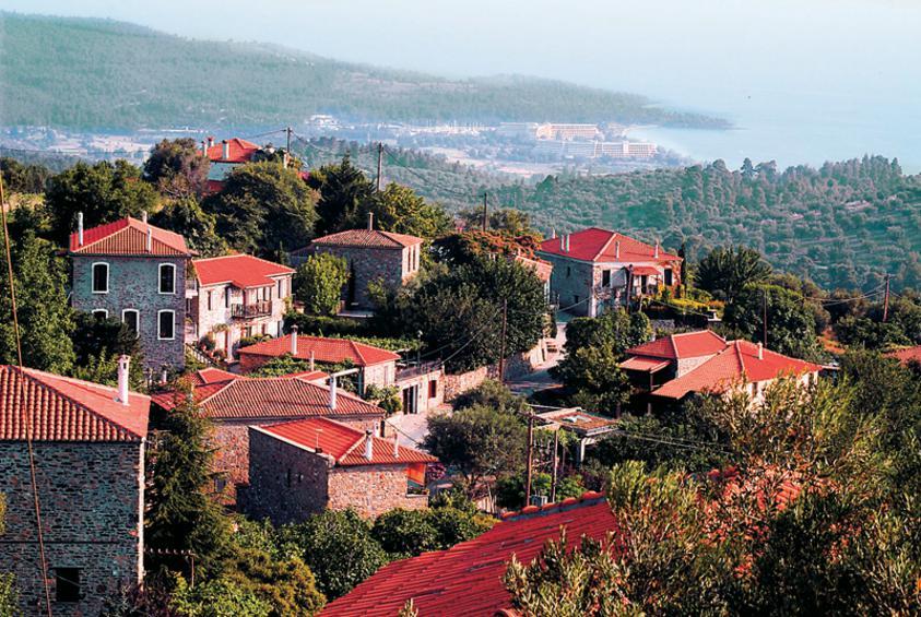 To πανέμορφο χωριό Παρθενώνας με θέα τη θάλασσα