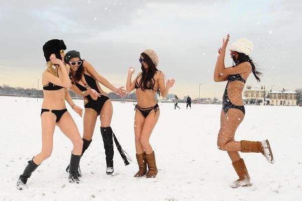 Θαρραλέα μοντέλα με μαγιό στα χιόνια